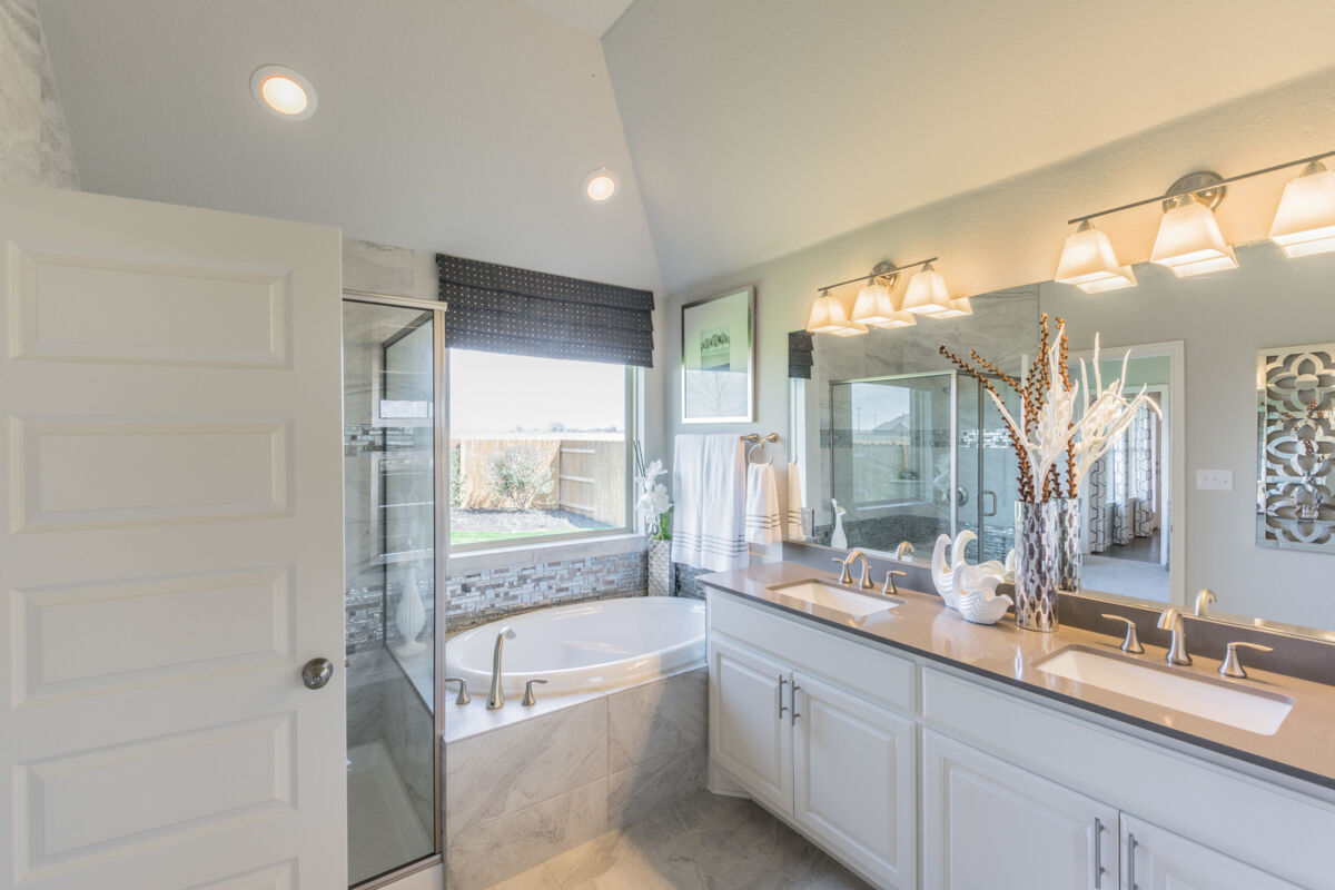 6 Creeks Signature Owner's Bathroom